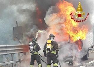 Incendio in strada a Milano, camion in fiamme sulla Tangenziale Ovest