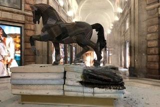 Milano, incendiato il cavallo di Leonardo dello stilista Antonio Marras in Galleria del Corso
