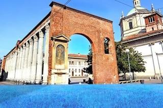 Milano, le Colonne di San Lorenzo si trasformano in un mare blu in occasione del World Oceans Day