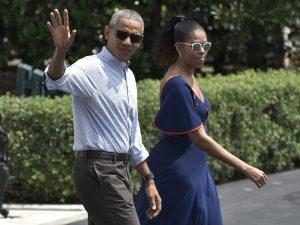 Barack Obama e la moglie Michelle fotografati durante un viaggio
