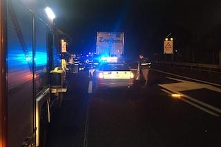 Incidente sull'autostrada A1: auto si schianta contro un camion, un ferito grave