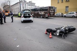 Milano, violento incidente tra auto e moto di fronte alla Bocconi: grave un 30enne