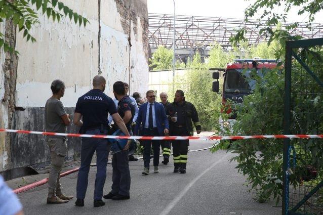 La polizia sul luogo del macabro ritrovamento a Brescia (LaPresse)