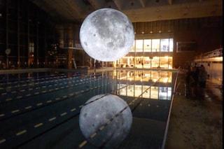 """Milano, nuotare sotto la super luna: alla piscina Cozzi arriva """"Museum of the Moon"""""""