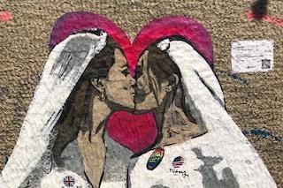 Kate e Meghan si baciano: il nuovo murale di Tvboy per il Milano Pride