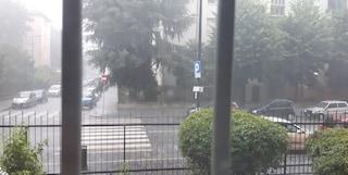 Nubifragio a Milano, fortissime grandinate: donna rimane intrappolata in un sottopasso allagato