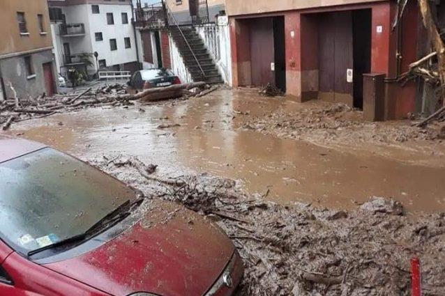 Il centro abitato di Premana (Lecco) invaso dal fango (foto: Teleunica)