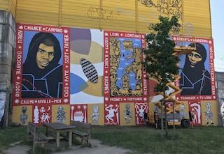 Milano, inaugurato il grande murale antirazzista in via Sammartini: a realizzarlo studenti e artisti