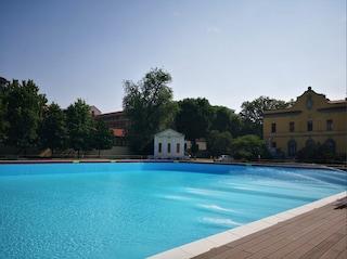 Milano, a nuoto fino al tramonto: la piscina Romano chiude più tardi e diventa 'sunset pool'