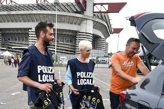 """Sciarpe e maglie di Vasco """"taroccate"""": 52 persone denunciate durante i sei concerti a San Siro"""