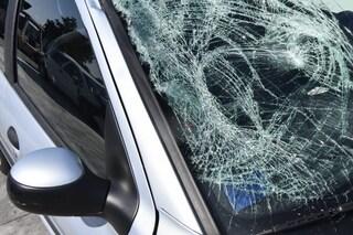 Malegno, travolto da un'auto mentre attraversa la strada: 65enne sfonda il parabrezza, è grave