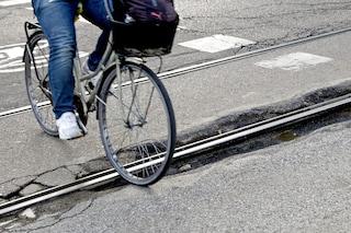 Milano, pusher aggredisce poliziotto e fugge: collega lo insegue e blocca con la bici di un passante