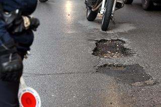"""Avvallamento nell'asfalto a Casalmaggiore, il comandante: """"Non mi sposto se non sistemano la buca"""""""