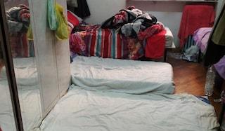 Milano, dormono in 17 in un appartamento, tra sporcizia e degrado: denunciato il proprietario