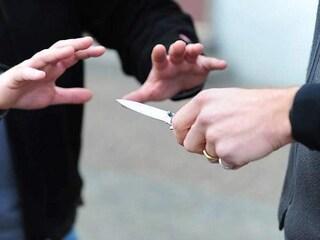 Movida violenta a Milano, ragazzo di 16 anni accoltellato in zona Navigli dopo una lite