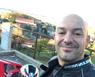 Gargnano, motociclista urta contro il guard rail e muore: Danilo lascia la compagna e due figli