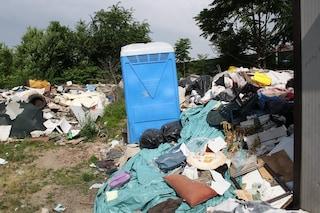 Cinisello Balsamo, sequestrata una discarica abusiva: famiglia con otto bambini viveva tra i rifiuti