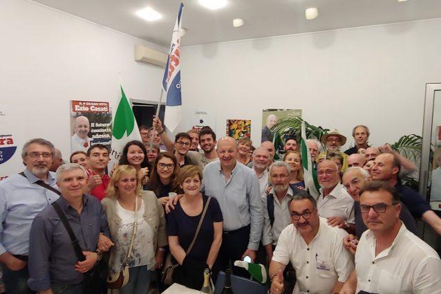 Il neo eletto sindaco Ezio Casati festeggia con i suoi sostenitori