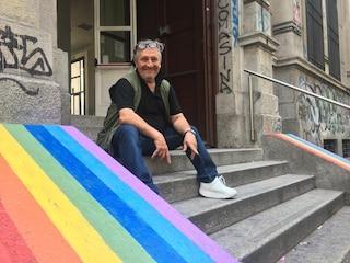 """Milano, professore copre scritte neofasciste con un arcobaleno: """"Questa scuola è antifascista"""""""