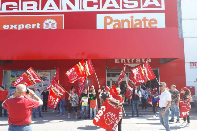 Il presidio dei lavoratori Grancasa a Nerviano (Foto: FIlcams Cgil Milano via Facebook)