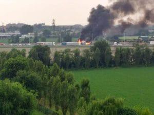 Il camion in fiamme (Foto dal gruppo Facebook Sorveglianza di quartiere Cesano Boscone)