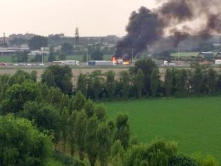 Camion in fiamme sulla Tangenziale Ovest di Milano: alta colonna di fumo e traffico in tilt
