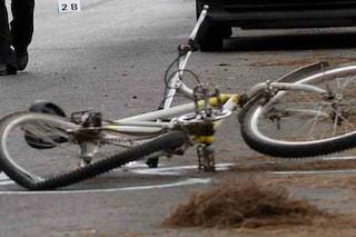Grave incidente stradale a Milano: auto si scontrano e travolgono due ciclisti