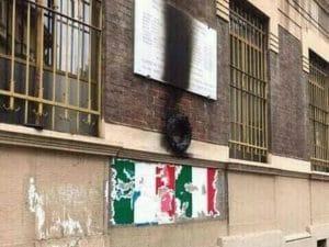 La lapide sfregiata (Foto Facebook Sentinelli di Milano)