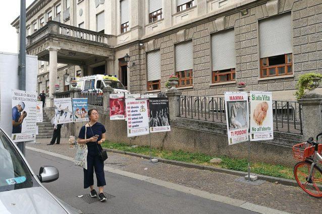 I manifesti degli anti abortisti (Foto da Twitter)
