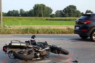 Mantova, tragico incidente tra auto e moto sulla statale 343 ad Asola: morto un ragazzo di 20 anni