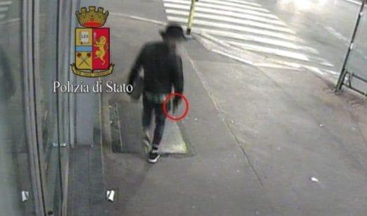 Il killer in fuga dopo l'omicidio