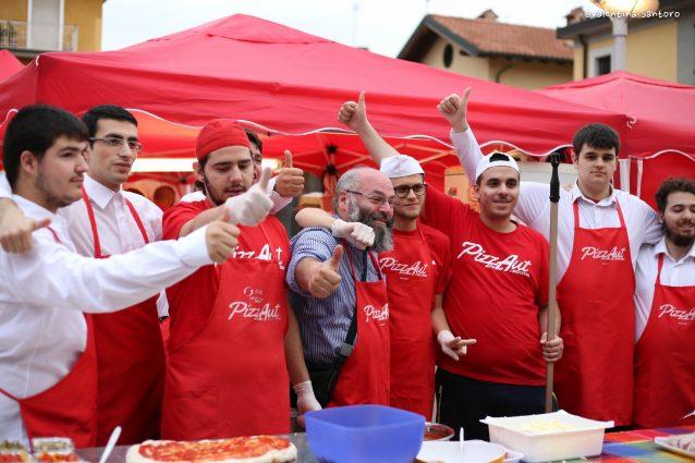 Nico Acampora e i ragazzi di Pizzaut (Foto Valentina Santoro dalla pagina Facebook di Pizzaut)