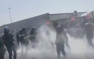 Finiper licenzia 170 facchini: a Soresina cariche e manganellate della polizia sui lavoratori