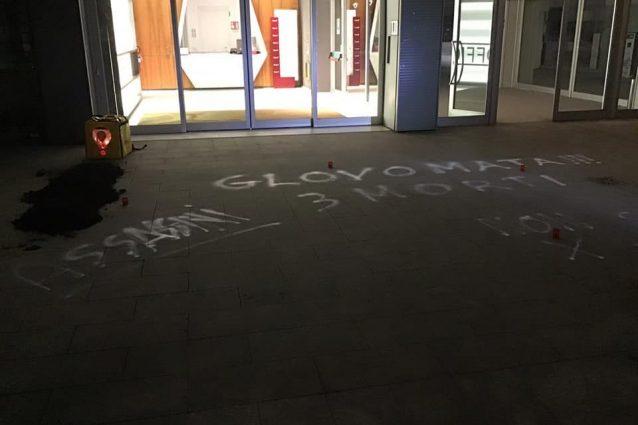 Le scritte davanti alla sede di Glovo (Deliverance Milano)