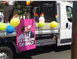 """Milano Pride, il bacio tra i ministri Salvini e Fontana sul carro M5s: """"Rimarchiamo le nostre idee"""""""