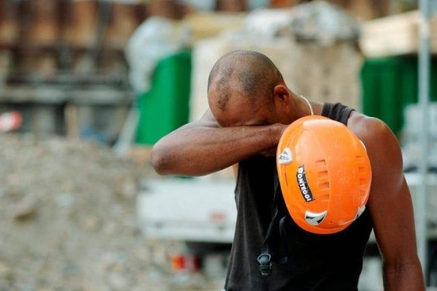 Giornata nera sul lavoro: amputato il braccio a un operaio, un altro precipita in un cantiere