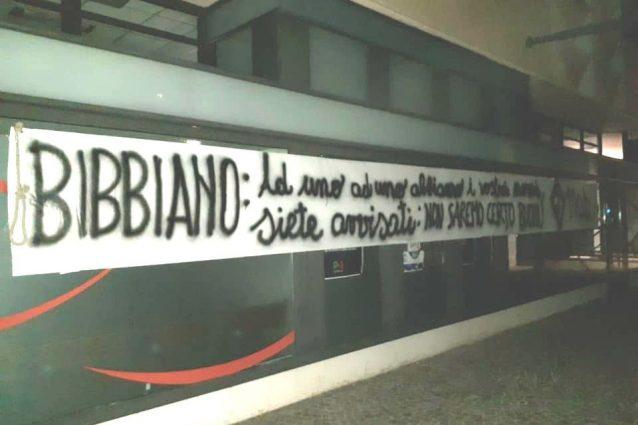 La scritta e il cappio comparsi nella notte nella sede provinciale del Pd