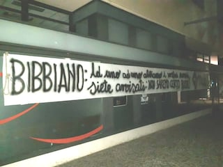 """Bergamo, cappio e striscione intimidatorio alla sede del Pd: """"Siete avvisati, non saremo buoni"""""""
