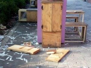 Le foto della libreria danneggiata