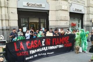 """""""Basta finanziare i combustibili fossili"""": la protesta di FridaysForFuture a Milano"""