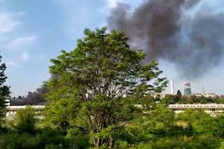 Milano, incendio in un capannone abbandonato allo Scalo Farini: si solleva una colonna di fumo nero