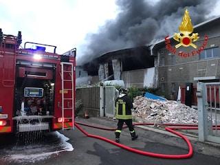"""Incendio Settimo Milanese, Arpa: """"Nube nera non contiene sostanze inquinanti"""""""