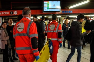 Milano, passeggera accusa un malore: metropolitana verde sospesa per mezz'ora