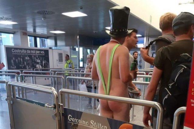 Malpensa, nudo in coda all'aeroporto: viaggiatore in stile Borat fermato dalla polizia