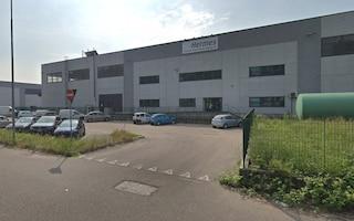 Incidente sul lavoro in una ditta di trasporti a Carpiano: operaio schiacciato da un tir, è grave
