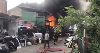 Incendio a Segrate in un deposito di auto: enorme nuvola di fumo nero visibile a chilometri