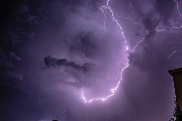 La tempesta di fulmini in provincia di Varese (foto Facebook: Gianluca Bertoni)