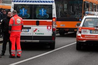 Milano, ragazzo di 20 anni ha un malore e sviene su un autobus: ricoverato in codice rosso