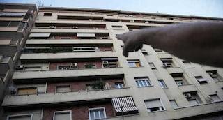 Paura a Milano, bimba di 4 anni lasciata sola in casa si sporge dal balcone e rischia di precipitare