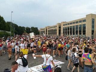 Si riuniscono per pregare contro il Brianza Pride: cacciati dalle suore. In migliaia al corteo